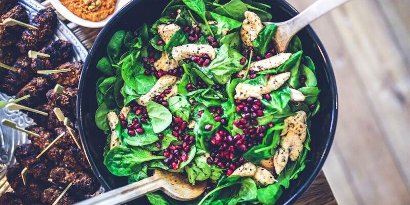Salata de spanac cu gratare de piept de pui