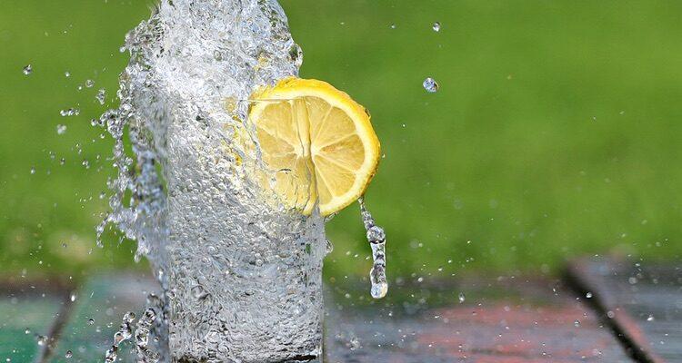 un pahar cu apa cu lamaie